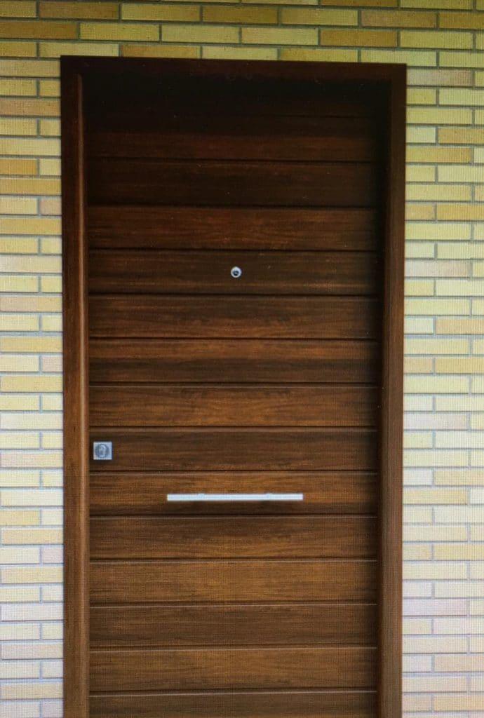 puerta de entrada a vivienda en aluminio color madera