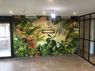 foto mural selvatico con cierre de hierro en cocina