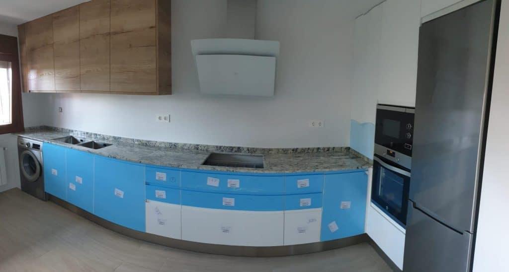 instalaccion de cocina con muebles de madera y blaco lacado con suelo porcelanico color haya