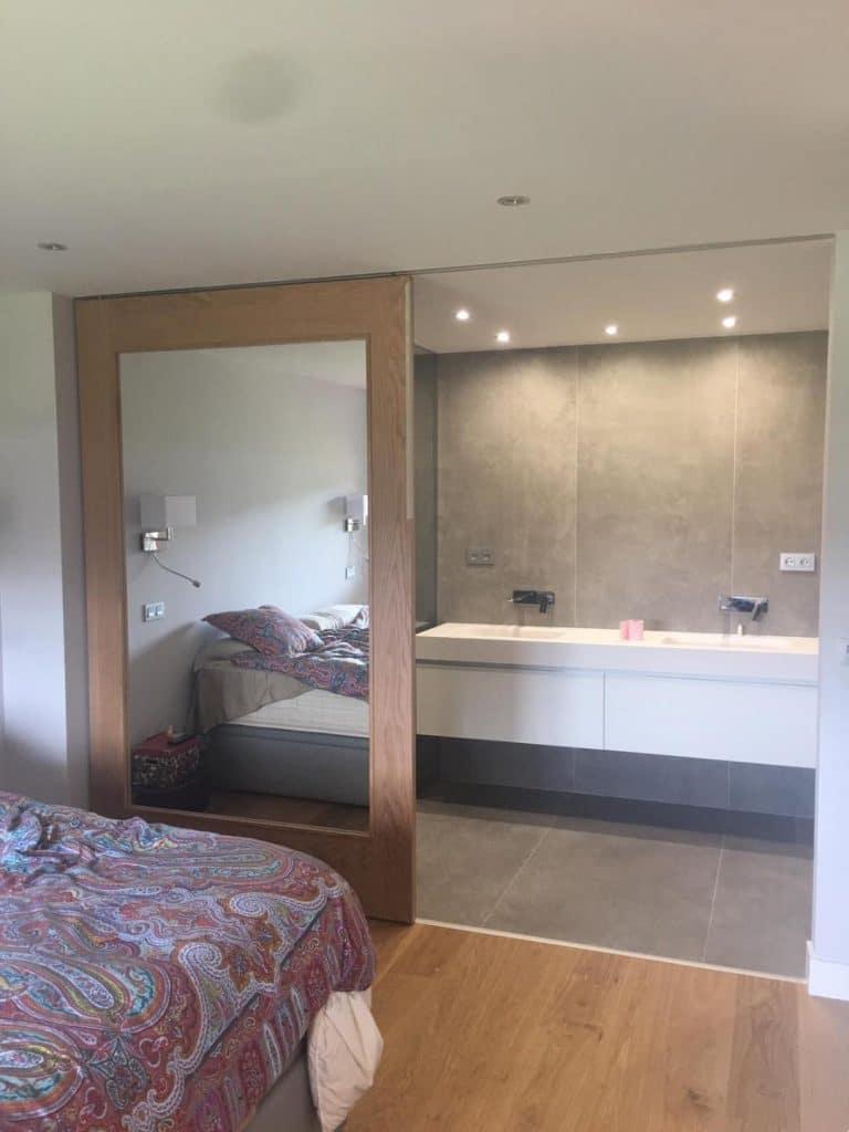 reforma de bano muebles colgado de dos xeno con griferia encastrada azulejo porcelamico italiano de 240x 80 con puerta corredera