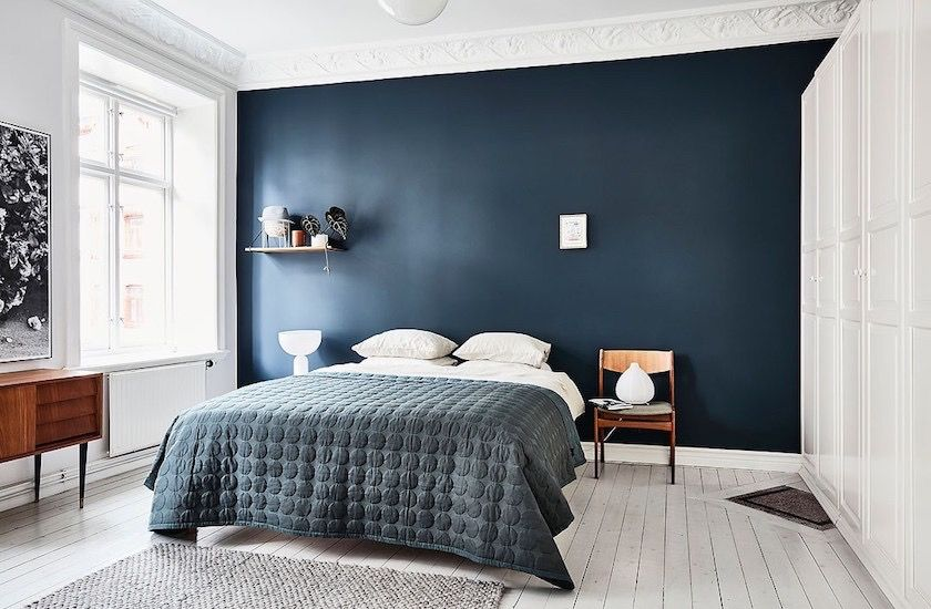 Dormitorio con pared en azul oscuro en Collado Mediano