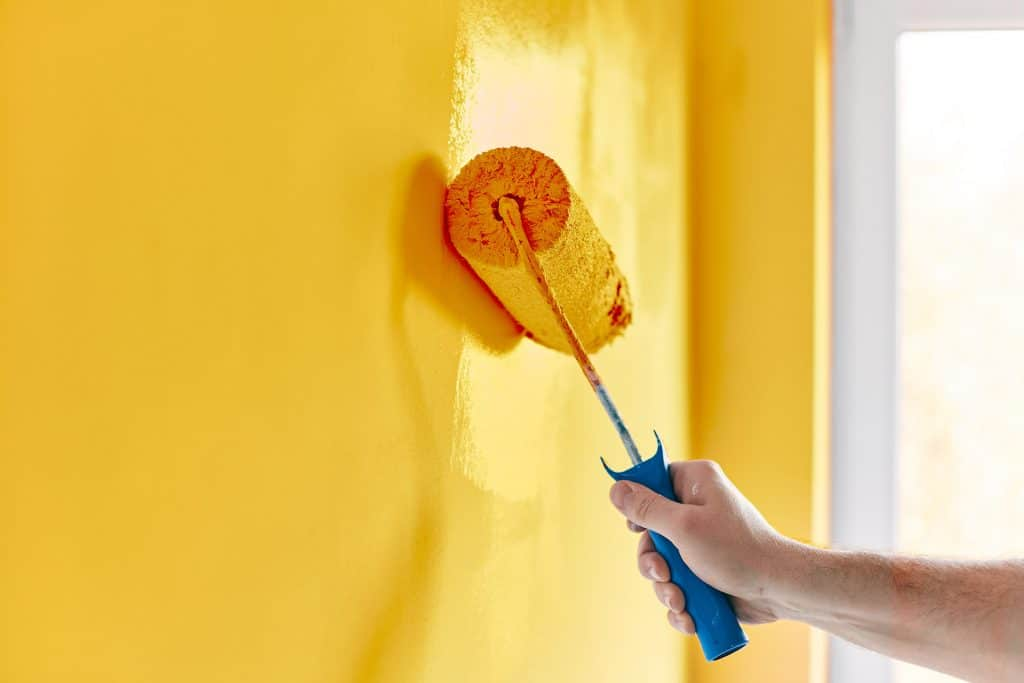 Pintura amarilla en Cercedilla