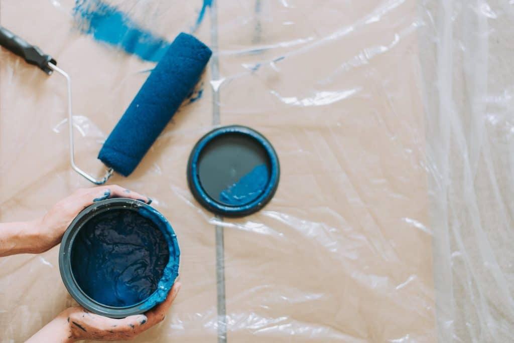 PINTORES EN EL MOLAR. Pintura azul en El Molar.