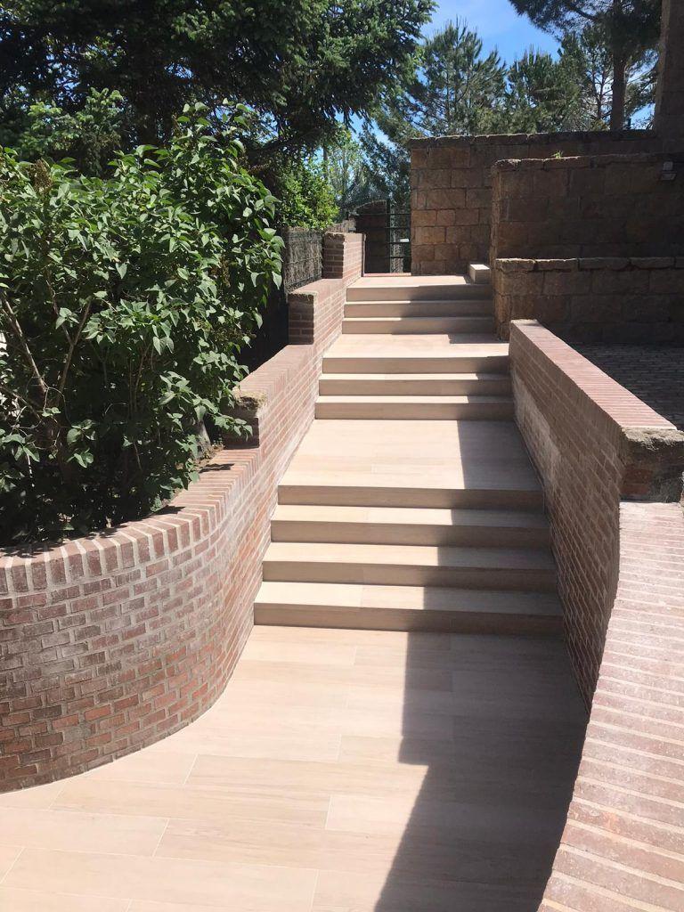 escalera imitacion madera con pared de ladrillo